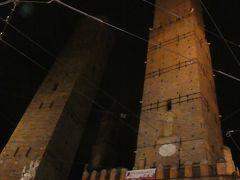 ぼちぼち、アパートに戻ります。 すっかり暗くなったボローニャの斜塔。 ライトアップとかはしてないんですね。
