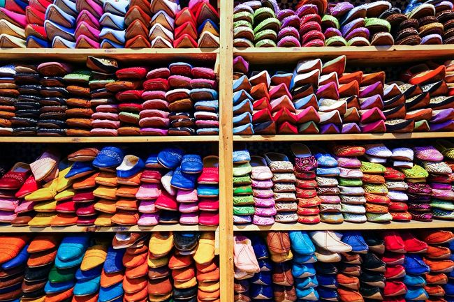 皮なめし工場(タンネリ)も訪れます。<br />カラフルなバブーシュ(革製スリッパ)もフォトジェニックです。