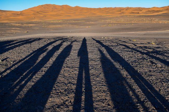 アトラス山脈を越えて車で8時間!<br />砂漠の入口エルフードで4WDに乗り換えて、メルズーガに向かいます。<br />夕陽がきれいな場所で途中下車。<br />私は皆さんとは反対を向いて撮影してますが・・・汗