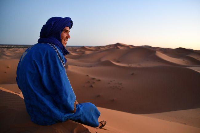 砂漠の案内人、ベルベル人。<br />写真撮影には喜んで応じてくれました!<br />ラクダに乗らなかったので、少しのチップですみました(笑)<br /><br /><br />撮影のために持参したカメラ、砂対策でビニール袋に入れていましたが、この日は風も弱く、楽々撮影ができました。<br />翌日は強風で大変だったようですが・・・<br /><br />最終回(4)に続く