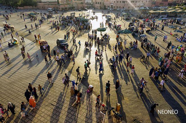 ジャマエルフナ広場の最高傑作はこれかな?<br />ちょうど夕陽が美しい時間帯。<br />広場の喧噪をそのまま写せたような気がします。