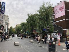 韓国ソウル・仁寺洞の街並みの写真。  久しぶりにメイン通りを歩いてみます。