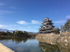 松本城へ。今回初めて、ボランティアガイドさんにガイドを依頼しました。松本城の歴史や、国宝たる所以など詳しく分かりやすく説明していただき、気が付けば二時間もガイドをしていただいていました。  信州の青空に北アルプスに松本城。これもガイドさんに教えてもらったベストショットです。