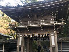 お次は那谷寺へ。 ここも人が多い。 お寺前の駐車場はなかなか広く無料でした。