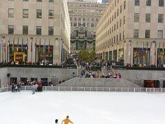 ロックフェラーセンターのスケートリンク!! よくテレビで見る場所ー!! まだクリスマスツリーがなくて残念。