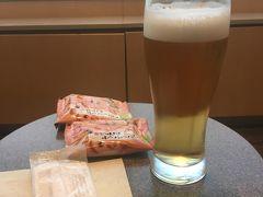 ラウンジで朝からビール。現役ではありませんから。