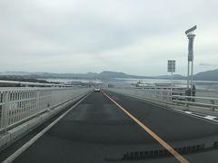 まずは、急勾配なことで有名で「ベタ踏み坂」と呼ばれる江島大橋。鳥取県と島根県に架かっています。 ただし、鳥取県側から島根県側へ向かう場合、急勾配部分を下ることになるので、「ベタ踏み坂」は体感できず。 下りは下りで、橋の上からの眺めがとても良かったです。