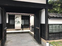 通り沿いにある「小泉八雲記念館」へ。松江と言えば小泉八雲も有名なので、こちらも来たかった所です。入口は武家屋敷風で、景観を損なわないようになっていました。小泉八雲の生涯の紹介や、怪談が流れるコーナーなどがありました。館内は撮影禁止でした。