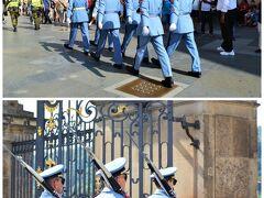 大混雑の「黄金の小径」を見て戻ったら、 衛兵の交代式が始まったようです。 毎時ちょうどに行われる交代式ですが、 キリッと格好いい衛兵さんたちを ほほーと、近くで見てプラハ城終了~。