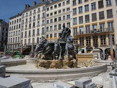 """美術館に戻る前に、広場の""""バトルディの噴水""""へ。  『旅するフランス語』に映っていた広場は工事中ではありませんでしたが、この時はこんな状態で、残念…。"""