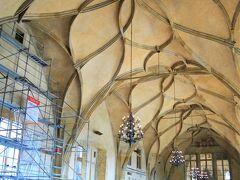 人の波にのって旧王宮に来ました。 王宮と聞くとゴージャスなイメージですが この王宮って、わりと地味(失礼)。  旧王宮の一番の見どころは、 このヴラディスラフホール。 花びら模様のような美しいデザインの 天井を支える柱がない。イリュージョンか? いえ、素晴らしい建築技術です。