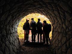 進んだ先にはトンネルがあり、トンネルを抜けると仲間4人が下を見下ろしてます…。もしや吊橋が落っこちてるのか!?