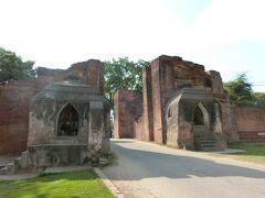 ⑥Tharabha Gate タラバー門 9世紀に築かれた東方の城門。タラバーとは弓矢(敵?)から守るという意味だそう。 ここをくぐるとバガン王朝時代の宮殿があった中心部、オールドバガンと呼ばれる区域に入ります。以前は住民がいましたが、遺跡保護のためにニューバガンへ転居させられてそうです。