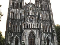 すぐ近くにハノイ大教会 フランス占領下で建てられたそうです