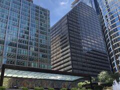 次に、先ほどのピカソ像から少し南下。ダウンタウンで見たかった、シャガールの大壁画を見に来ました。Chase Towerの1階にあります。 丁度ランチタイムで、近隣のサラリーマン、OL達が広場の各所でランチしてる光景が見られました。  Chagall's Four Seasons 10 S Dearborn St, Chicago, IL 60603