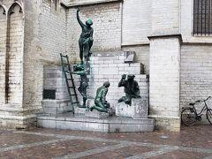 建設に携わった建築家を称える記念の像だそうです。