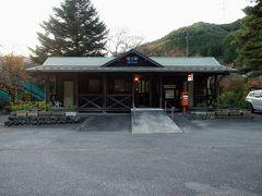 次に向かったのは沢入駅。ログハウスみたいで外観は割と新しめの駅舎でした。郵便局と一緒になってます。そしてここは永野芽郁さん主演の連続テレビ小説「半分、青い」のロケ地になった駅で朝ドラでは夏虫駅という名前でした♪「メイちゃーん!!」あ…それは、となりのトトロだ(笑)