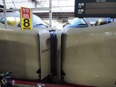 岡山駅ではサンライズ出雲とサンライズ瀬戸の切り離しがあります。  岡山到着前、出入り口の所にはすごい人! みんな走る走る! 階段の上のいいポジションをゲットです!