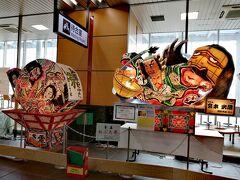 東京駅を6:32に発車して、新青森駅へ9:49に到着。 駅構内に「青森ねぶた」や「弘前ねぷた」の山車が飾られて気分が上がります♪  「青森ねぶた」のおかげで、外国人「激アツ観光スポット」の1位が青森と、TV番組「突撃!カネオくん」で紹介されていました。