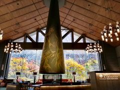 今宵の宿は「星野リゾート 奥入瀬渓流ホテル」  ロビーに通された瞬間、美しい景色が目に飛び込んできました!