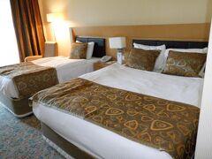 アイワルクのホテルに到着。アドリナホテル。 部屋は運です。ほとんどが2人組でしたが適当に選ばれます。 なぜかダブルとシングルベッドの部屋。他もかな?