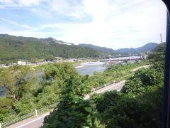 このあたりから、この路線と併走する阿賀野川が現れる。 しばらくは車窓の左側に見える。