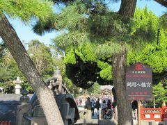 鶴岡八幡宮。1063年に創建。鎌倉幕府初代将軍、源頼朝ゆかりの神社として知られる。無料 6:00より。 この日は七五三の親子連れやカップルで参詣者が多く、参道の露天商が繁盛していたようです。