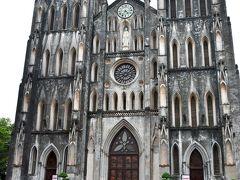ハノイ大教会  1900年初頭に建てられた東南アジアとは思えないほどの壮大な教会だ。外壁は白と黒の石材を使用して建てられたが、現在はカビとホコリでそのほとんどが黒ずんでいるらしい。でもこれはこれで重みを感じる。