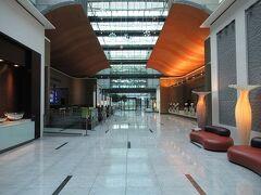 フランクフルト空港内のホテル(Hilton Frankfurt Airport)ロビーです。 今回の旅行期間中、一番綺麗なホテルでした。 宿泊料金は前日宿泊した東横INNフランクフルト(デラックスツイン)とほぼ同じなので2泊ともこちらにすれば良かったかな。