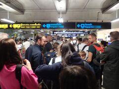 タイ国内線への乗り継ぎの行列に並んでみたものの実はこの行列はタイ国際航空に登場する乗客の行列で、今回利用するバンコクエアウェイズの列は右端で並ぶことなく手続きができました。荷物を日本でスルーチェックインしている場合、手続き時にINTERNATIONAL BAGGAGE CLAIMのシールを渡されると思うので、なくさないように持っておくと、後でちょっとだけ役に立ちます。
