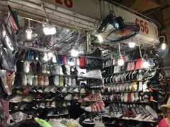そしてベンタイン市場で靴を買っていこうかな?お店にたどり着くまで様々なお店から、お姉さん何欲しい?マダム財布バッグあるよー、Tシャツ3枚千円よーと掛け声がひっきりなし。 若い男の子が店番のこのお店で、adidasのスニーカーとサンダルを値段交渉して購入。私はこういうのは下手だなぁ、サンダルは半額にしたが、スニーカーは65を48万Dにしたくらい。