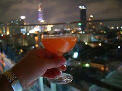 ホテルに戻って屋上のバーで、〆の酒