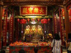 Wat Mangkon Kamalawat  地下鉄の駅名にもなっている大きな仏教寺院だ。