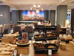 9月4日(水)  朝食をいただきにロビー階のレストランへ。  SPGアメックスカードを持っているので、マリオットボンヴォイではとりあえずゴールド会員の私。  ステータスマッチをして期間限定ですがヒルトンオナーズのゴールド会員なので、まだギリギリ朝食が無料でいただけます☆