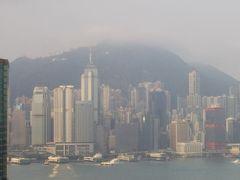 香港着。ホテルの窓からは湾がかろうじて見えました。