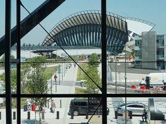 TGV駅から駐車場を抜けるとショートカットのようですが、暑いのでターミナル内を抜けてきました。  ターミナル1からTGV駅を見ると、なるほど、真っすぐ続く道があります。 あそこを通ればショートカットだったのかな。