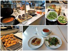 焼きそば、肉団子、アジアの味が嬉しい。 機内食が出るのに、なんで食べちゃうんだろうね。(^^;