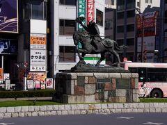 熊谷直実公像 熊谷駅前の英雄です。