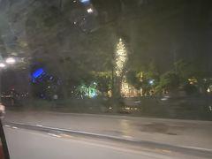 夕食を食べにGrab利用。車内からライトアップされたチャンクオック寺(鎮国寺)。 明日、ゆっくり見ましょう。 ホテルへの帰りもGrab。