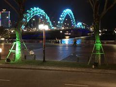 龍の形をしたロン橋 ライトアップが次々色が変わってきれいです