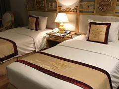 ダナン空港から 2時間半走って フエのホテルに到着 本日も22時過ぎです   フエの王宮が川を挟んでがすこしみえる 四つ星のリゾートホテルです