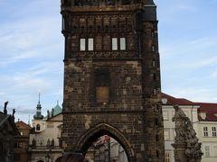旧市街橋塔  カレル橋のふもとにある塔。これも黒い。カレル橋同様、ペトル・パルレーシュ作。1400年完成。