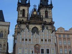 旧市街の中心の広場に到着。  ティーンの前の聖母教会 Chrám Matky Boží před Týnem  ティーンの前の聖母教会 Chrám Matky Boží před Týnem 2本の塔がひときわ目に引く教会。ゴシック様式。その全身は1135年に建てられた外国の商人たちの為の宿泊施設に付属する教会だったという。今の姿は1365年に改築されたもの。ティーンは税関を表し、裏側に税関があったのでその名がついたらしい。教会の前の建物は、ティーン学校でゴシック様式のアーケードとルネッサンス様式の美しい飾り屋根をもつ。この教会は15世紀前半にはフス派の本拠地として機能していた。(歩き方から)