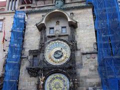旧市庁舎の壁にある天文時計。  プラハの天文時計 Pražský orloj  旧市庁舎にある天文時計。縦に文字盤が並んでおり、それぞれが作られた当時の宇宙観(天動説)に基づいた天体の動きと時間を表している。上が地球を中心に回る太陽と月、その他の天体の動きを示し、年月日と時間を示しながら1年かけて一周するものでプラネタリウムと呼ばれている。下は、黄道12宮と農村における四季の作業を描いた暦で、1日に一目盛り動く。こちらはカレンダリウム。(地球の歩き方より)