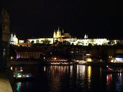 カレル橋から聖ヴィート大聖堂の夜景。 プラハ城がライトアップされて綺麗です。