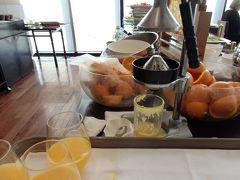 【Rレストラン&バー】 朝食は13階のこちらのレストランで頂きます。「エッグベネディクト」「元祖カリーベネティクト」「ベーコン&フレンチトースト」「スクランブルエッグ」の4種から選ぶメイン料理。更にビュッフェのコーナーもあり、そこには丸々1個使った手絞りのオレンジジュースもあります。