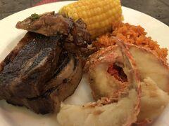 グアム最後の夜はお決まりのディナーショー。 今回はヒルトンの「トロピックスBBQディナーショー」へ。5年前に宿泊した時はラナイからチラッと見た記憶が…。 食事はブュッフェ、食べた感じアイランダーテラスの調理かな? 肉と蟹メインで頂きま~す♪ 美味しかったです。