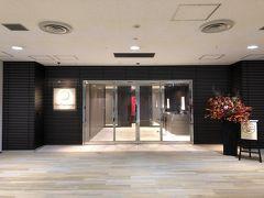 せっかく初めてなんで仕切り直しで再び外からアクセス(中からは3階ファーストカウンター脇のエレベーターでアクセス出来ます)。 エスカレーターで4階に上がった所にファーストクラスラウンジのダイニングエリアのある入り口があります。