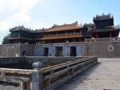 王宮内に有る午門(NgoMon)は高さ17m有り名前の由来は、正午に成ると建物の真上に太陽が昇ることに由来するそうです。