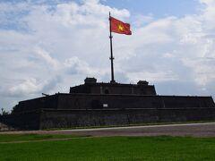 1809年のザーロン帝朝時に建てられた旗塔フラッグタワー(CotCo)で、旧市街のシンボルとなっています。中央には、黄色い星のベトナム国旗が翻っていて大砲も見えます。